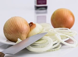 Plato con cebolla cruda